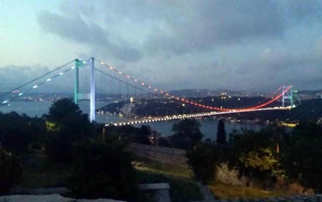 İstanbulun məşhur körpüsü Azərbaycan bayrağının rənglərinə büründü