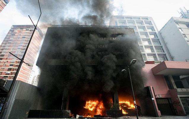 Ali Məhkəmənin binasını yandırdılar