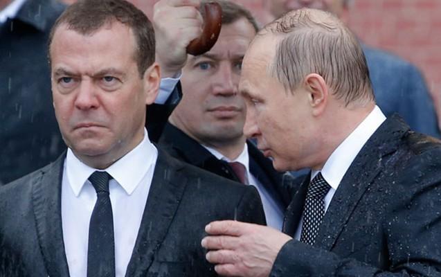 Putin əsgərin məzarı başında leysana düşdü