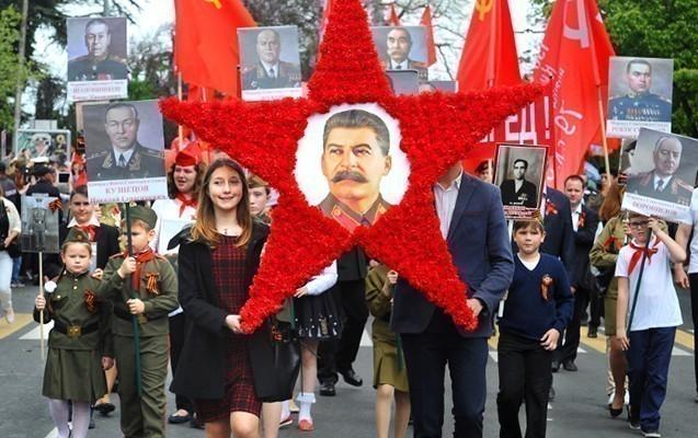 Ruslar Stalini tarixin ən dahi şəxsi seçdilər