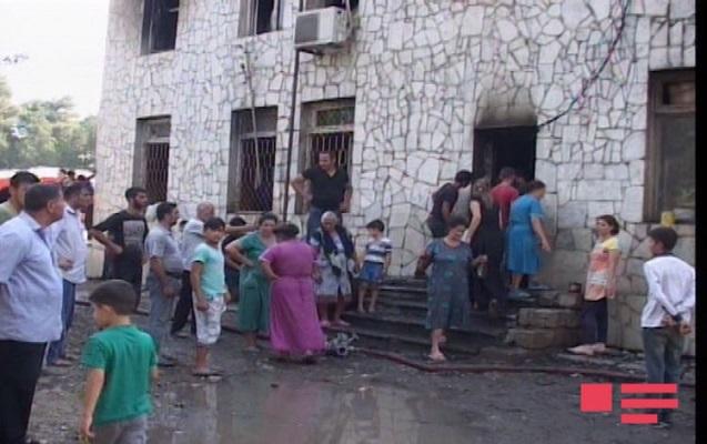Ağcabədidə məcburi köçkünlərin yaşadığı bina yandı
