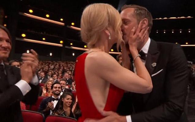 Ərinin yanında başqasıyla öpüşdü