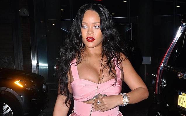 Rihanna çəhrayıya büründü