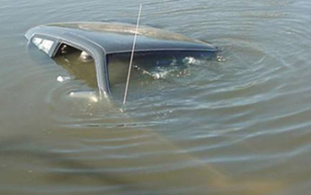 Yevlaxda 3 nəfərin olduğu maşın kanala düşdü