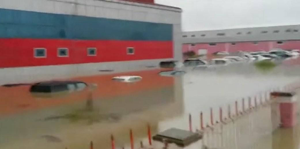 Masazırda maşınlar suyun altında qaldı - Video
