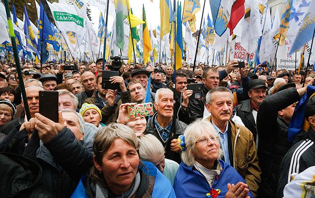 Ukraynada deputatlar işə parik, taxma bığla gedirlər