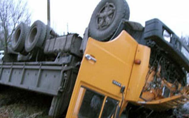 "Sabirabadda ""Kamaz"" aşdı, sürücü yaralandı"