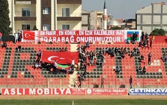 """Türkiyə tribunalarında """"Qarabağ"""" plakatı - Fotolar"""