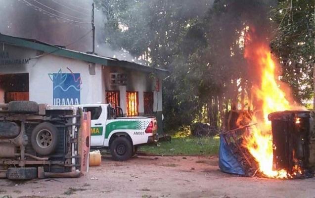 Qisas üçün ofis və maşınları yandırdılar