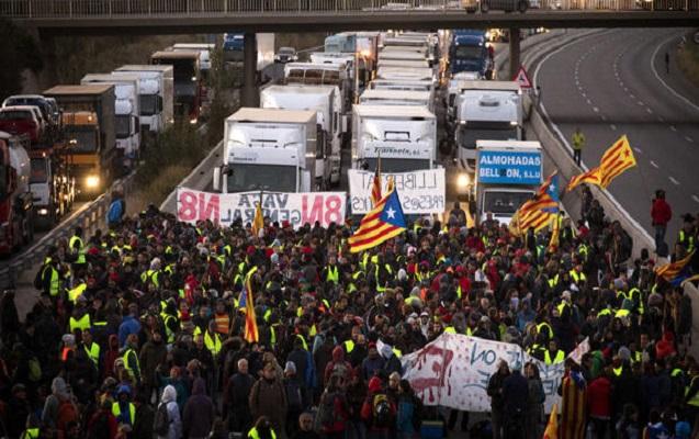 Kataloniyada tətil elan edildi - Minlərlə etirazçı yolları bağladı