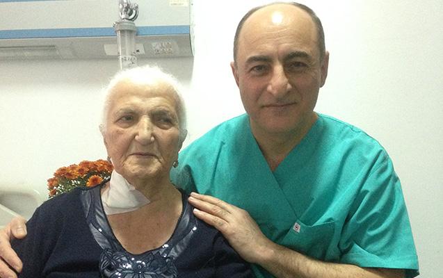 90 yaşlı qadının mədəsi xaric edildi