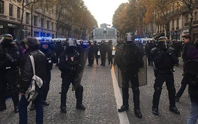 Parisdə Makrona qarşı aksiya