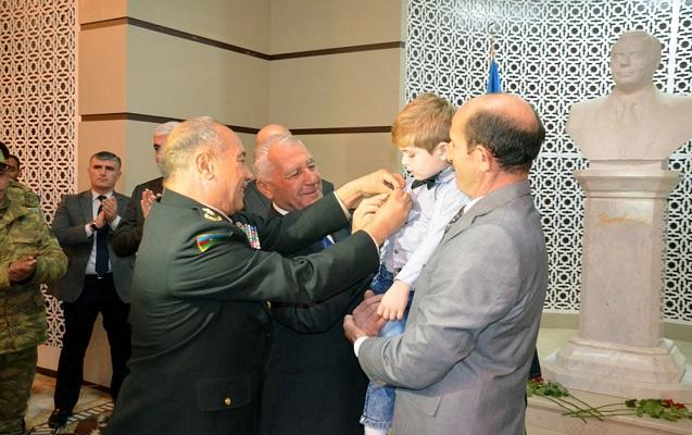 Şəhid döyüşçünün medalı oğlunun yaxasına sancıldı - Fotolar