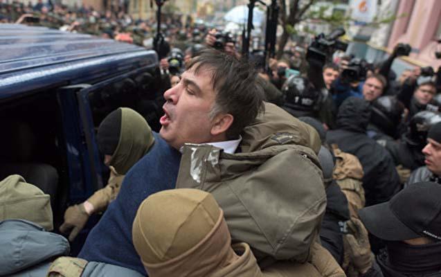 Tərəfdarları maşının qapısını qırıb Saakaşvilini azad etdilər