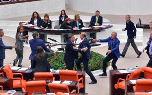 Türkiyədə deputatlar əlbəyaxa oldular