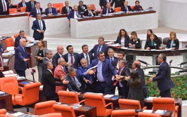 Türkiyədə deputatlar əlbəyaxa oldular -