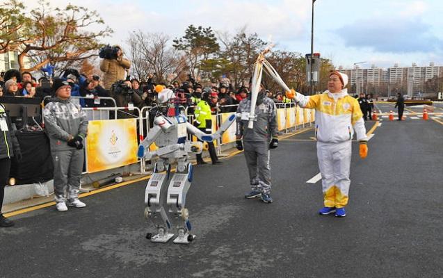 Robot Olimpiya məşəlini daşıyıb