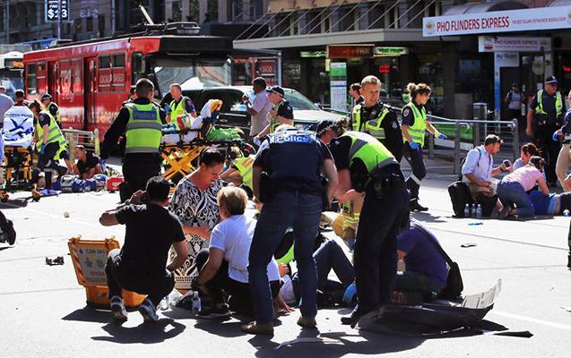 Avstraliyada sürücü maşını kütlənin üstünə sürüb, 19 yaralı var
