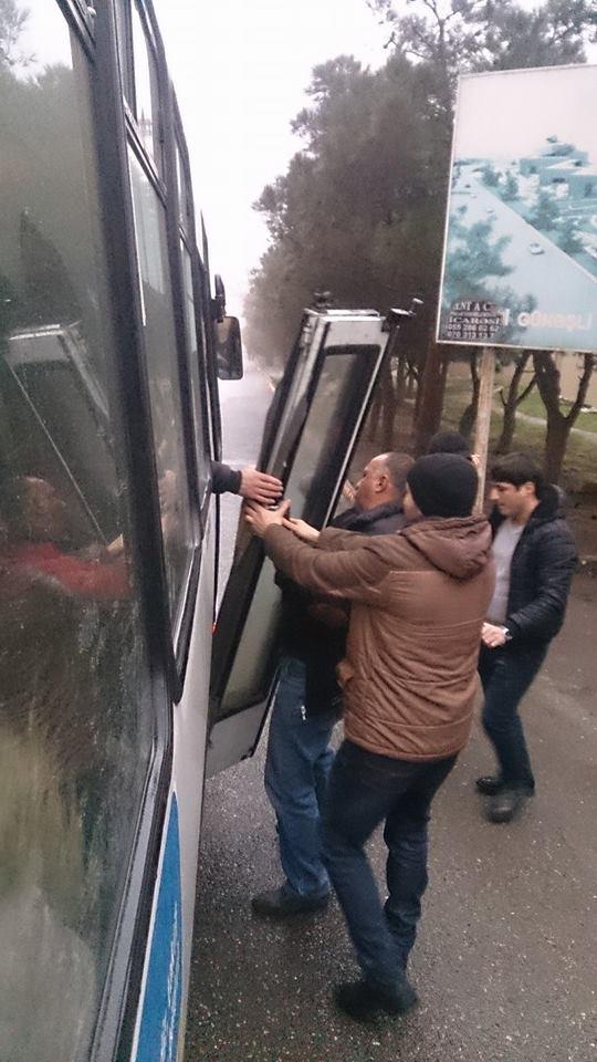 Bakıda hərəkətdə olan avtobusun qapısı yola düşdü -