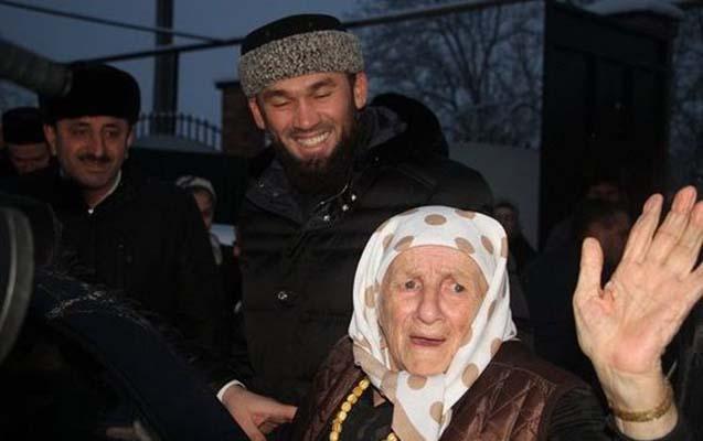 Kadırov 104 yaşlı Mədinə Əliyevaya ev bağışladı