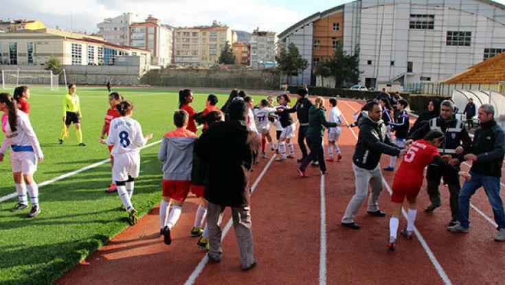 Qadın futbolçular arasında kütləvi dava