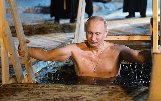 Putin -7 dərəcə şaxtada göldə çimdi