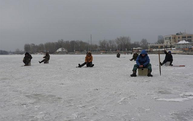 Buz üstündə balıq ovu