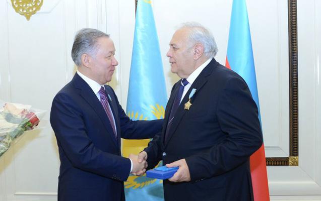 """Nazarbayev Oktay Əsədovu """"Şərəf"""" ordeni ilə təltif edib"""