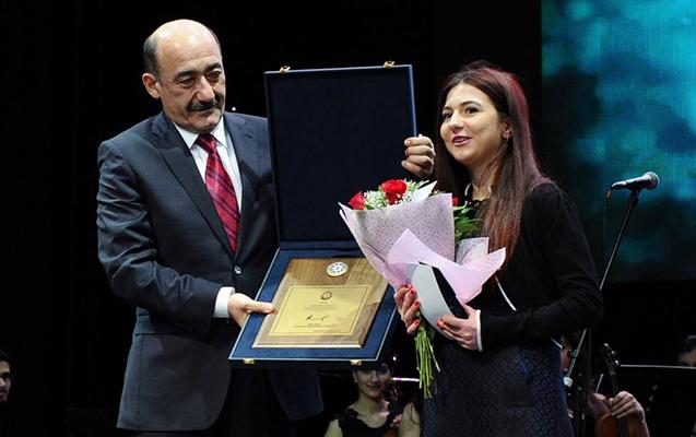 Prezidentin mükafatlandırdığı qız ƏSA-nın aktrisasıdır