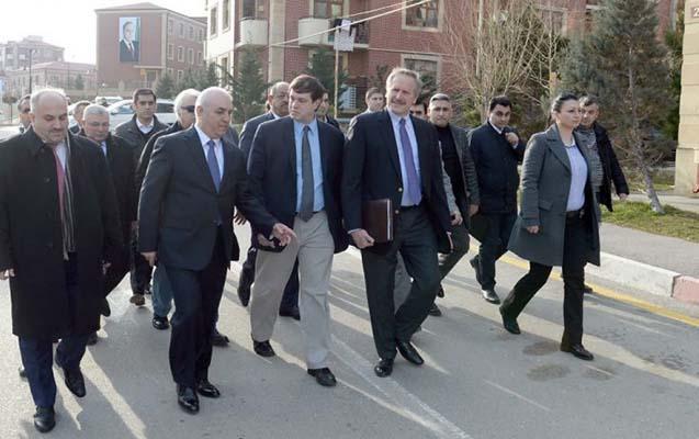 ABŞ diplomatları məcburi köçkünlərlə görüşüb