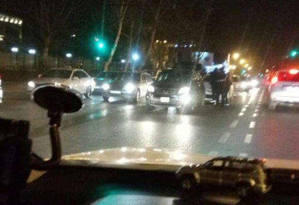 Qadın sürücü Rusiya səfirliyinin qarşısında qəza törətdi, yolda tıxac var