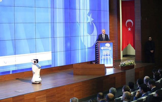 Robot türk nazirin sözünü kəsdi