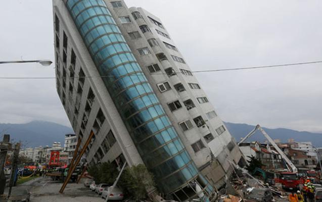 İnsanla dolu bina uçmasın deyə dirək dayadılar