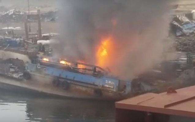 Bakıda yanan gəmi ilə bağlı rəsmi