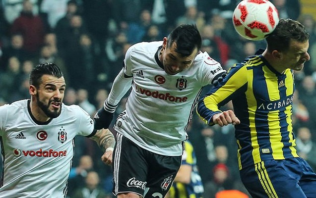 İstanbul derbisində 4 qol, 3 qırmızı vərəqə
