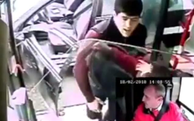 Avtobusun qarşısını kəsdi, sürücünün üzünə tüpürdü - Video