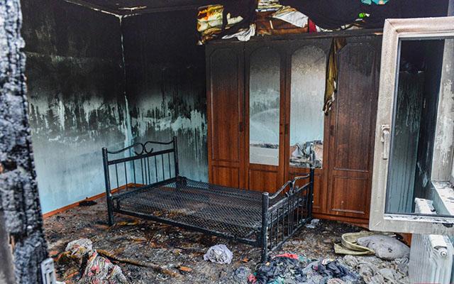 Qonşu qadının başını kəsib evini yandırdı