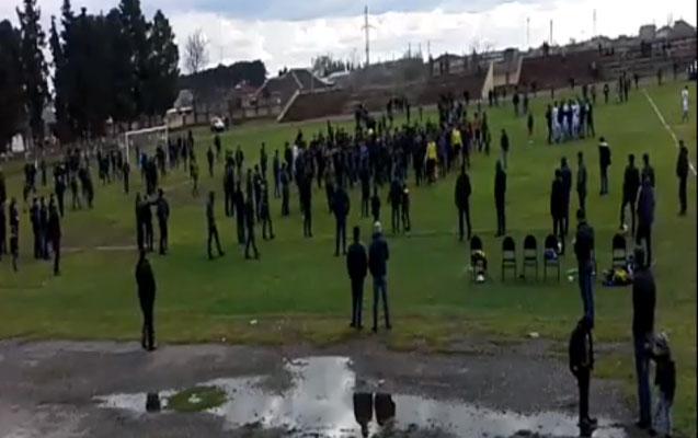 ► Region Liqasında qalmaqal: Azarkeşlər stadiona girib hakimi qovdu