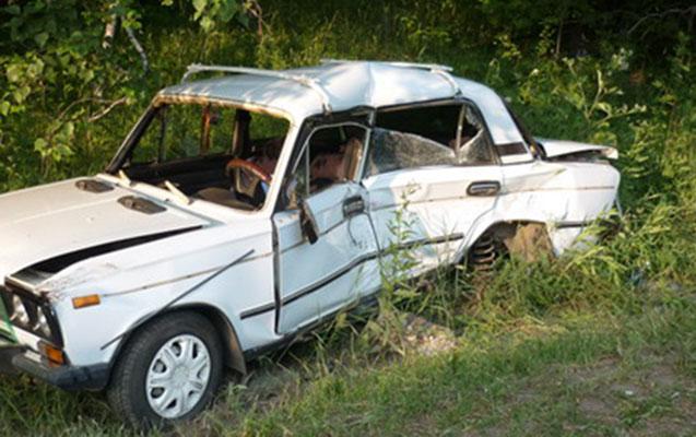 Sükan arxasında yatan sürücü qəza törətdi
