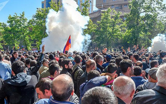 İrəvanda polis etirazçılara səs bombası atdı
