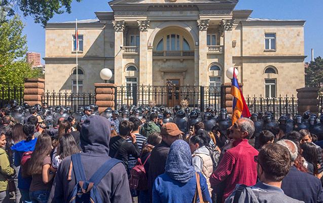 Etirazçılar Sarkisyanın iqamətgahını blokadaya aldılar