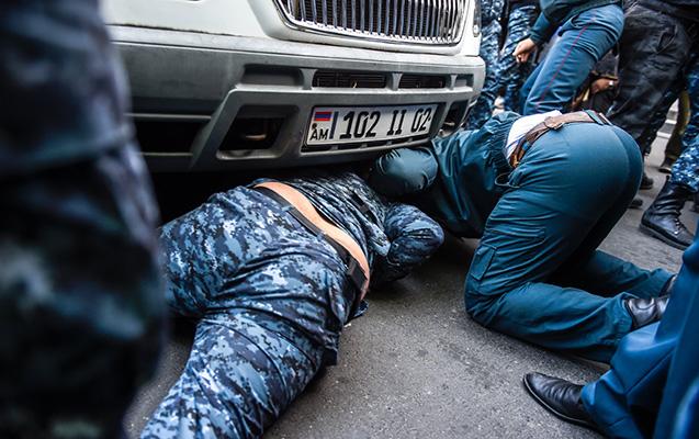 Ermənistanda etirazçılar polis maşınının altına girdilər