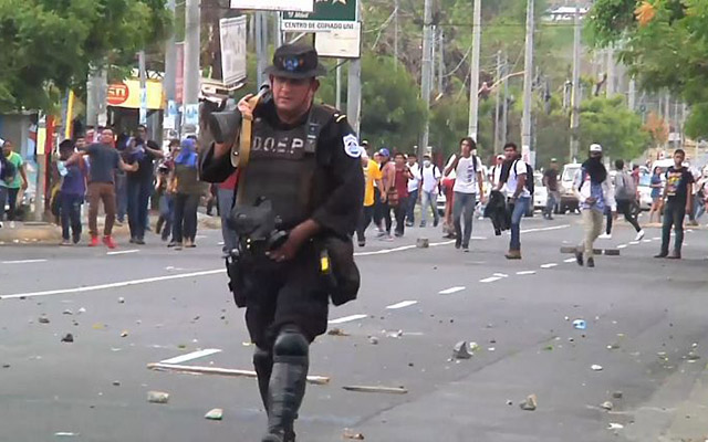 Polis və etirazçılar arasında qanlı toqquşma
