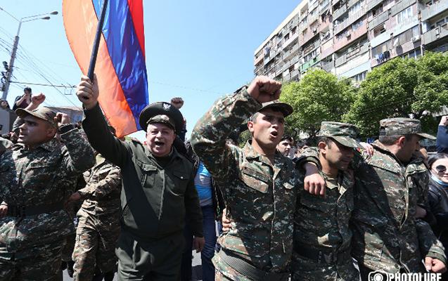 Ermənistanda hərbçilər də etirazlara qoşuldular