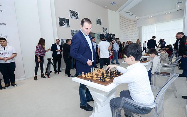 Karlsen və Məmmədyarov yeniyetmələrlə şahmat oynadı