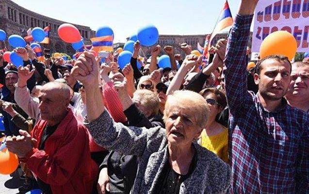 Yerevanda etiraz dalğası - Əsas yolları bağladılar