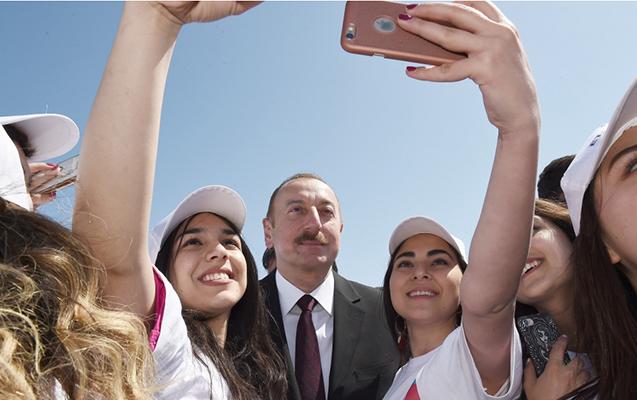 Gənclər prezidentlə selfi çəkdirdi - Fotolar