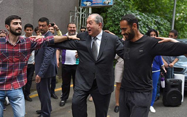 """Erməni prezident Azərbaycanın """"Köçəri"""" rəqsini oynadı"""