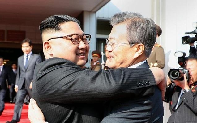 Şimali və Cənubi Koreya liderləri qucaqlaşdı