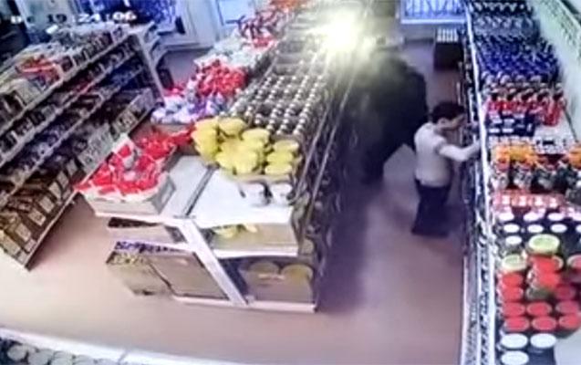 Mağazadan oğurluğun şok görüntüsü - Video